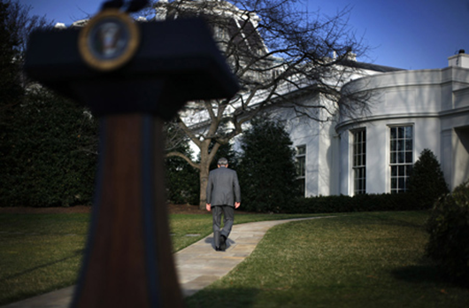 U.S. President George W. Bush walks back to the Oval Office after making remarks on the Foreign Intelligence Surveillance Act at the White House in Washington March 13, 2008. REUTERS/Jim Young (UNITED STATES)